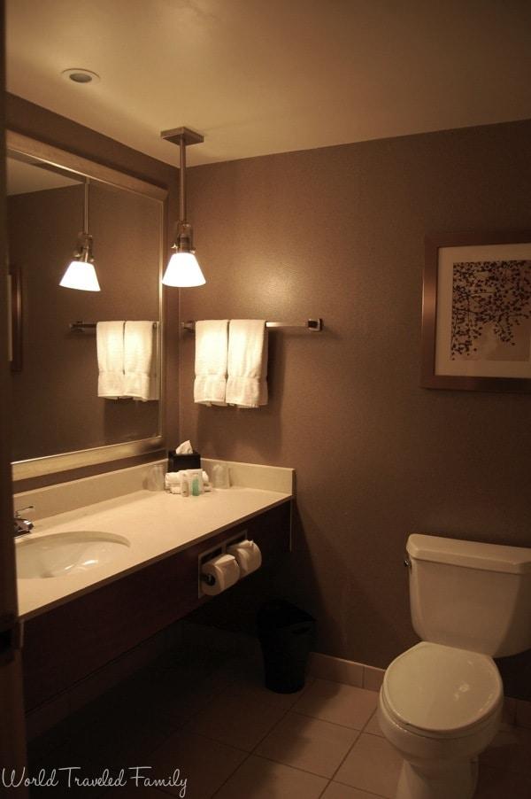 Westin Southfield Detroit  - guestroom bathroom
